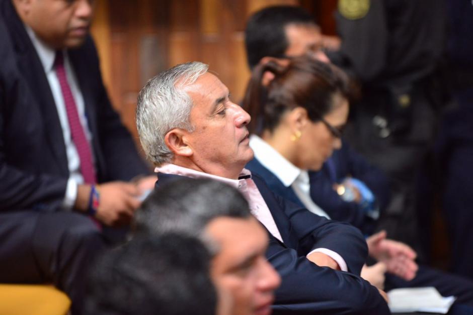 Otto Pérez escucha el alegato que se da entre abogados y los fiscales. (Foto: Jesús Alfonso/Soy502)