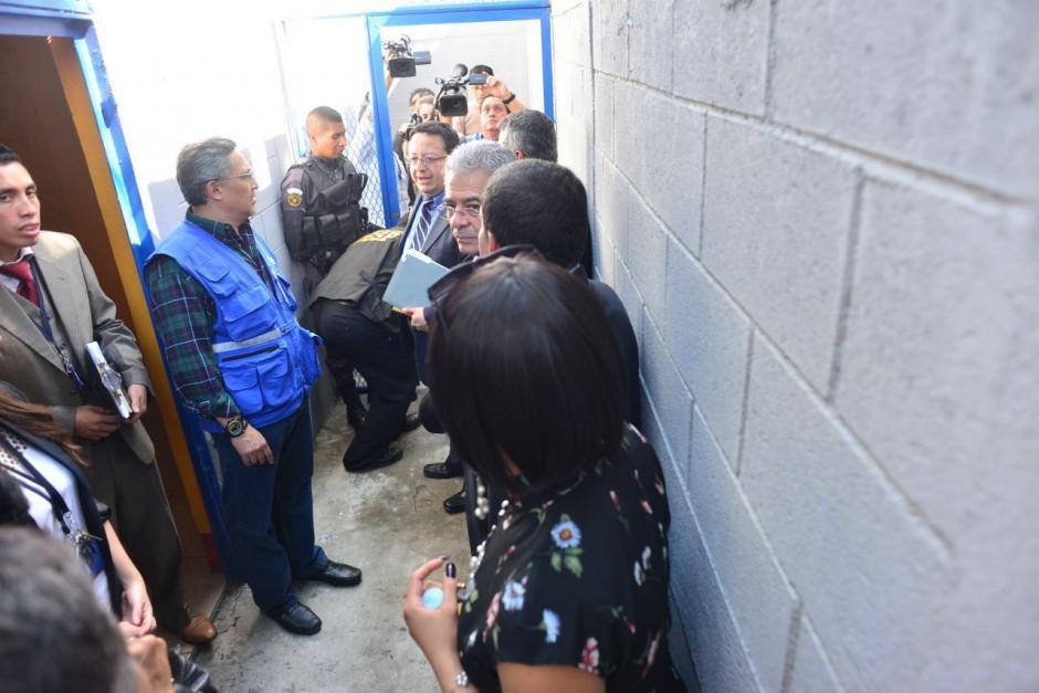El juez Gálvez, acompañado de abogados defensores y autoridades del Sistema Penitenciario, ingresó a la prisión. (Foto: Jesús Alfonso/Soy502)