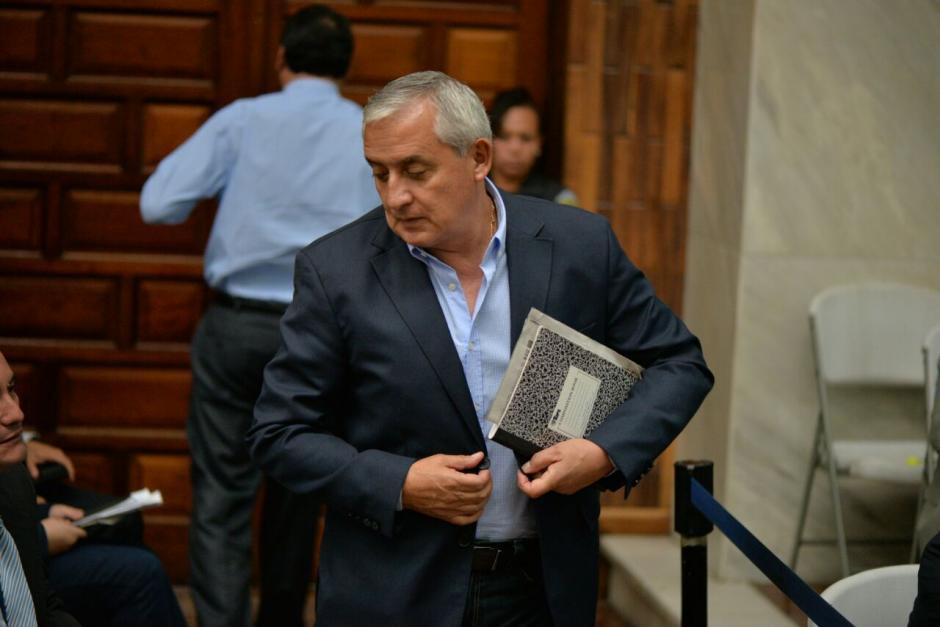 Otto Pérez fue al estrado acompañado de sus apuntes. (Foto: Wilder López/Soy502)