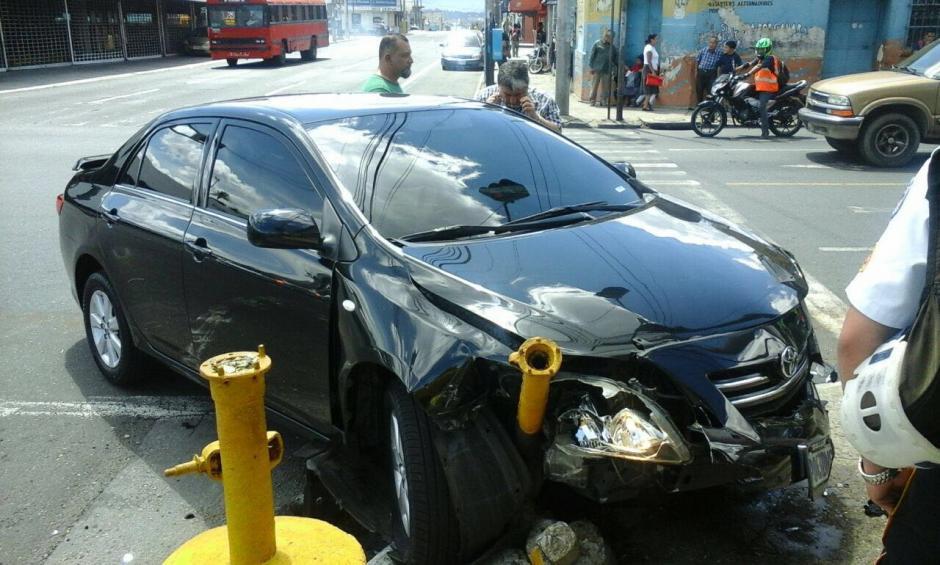 El vehículo del diputado chocó contra los bolardos que resguardan las aceras. (Foto: Amílcar Montejo)