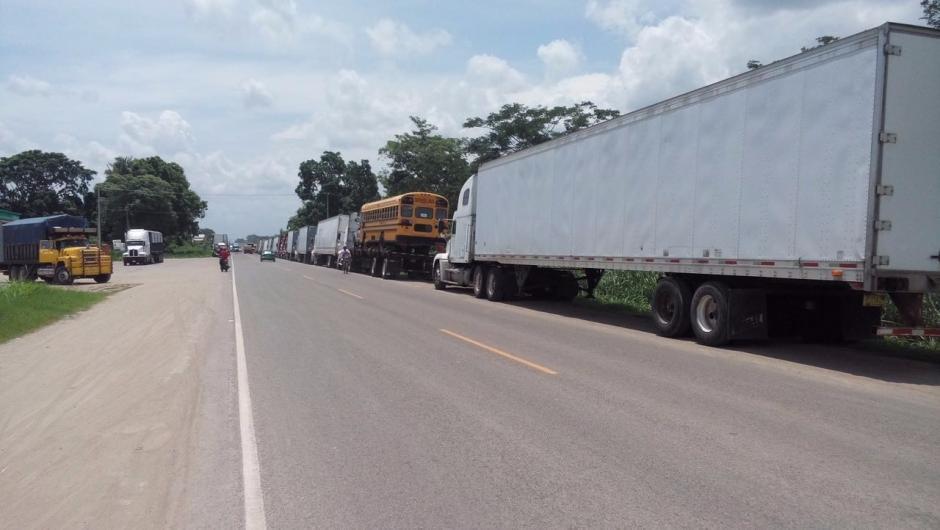 Los camiones llevan varios días parados hasta que se restablezca el tráfico. (Foto: CIG)