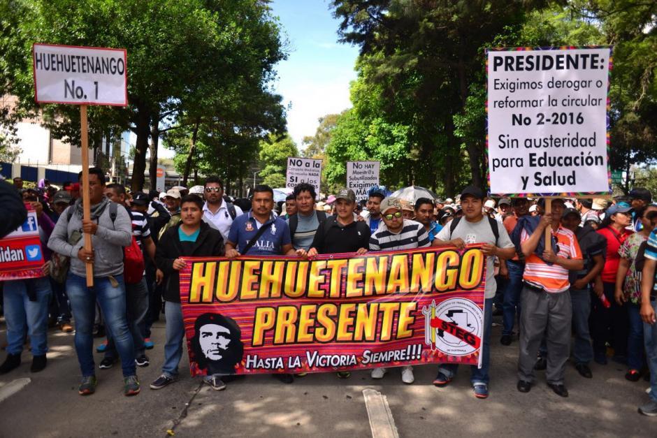 Relatos de varios transeúntes hacen constar que el hombre, de aproximadamente 25 años, participaba en la marcha. (Foto: Jesús Alfonso/Soy502)