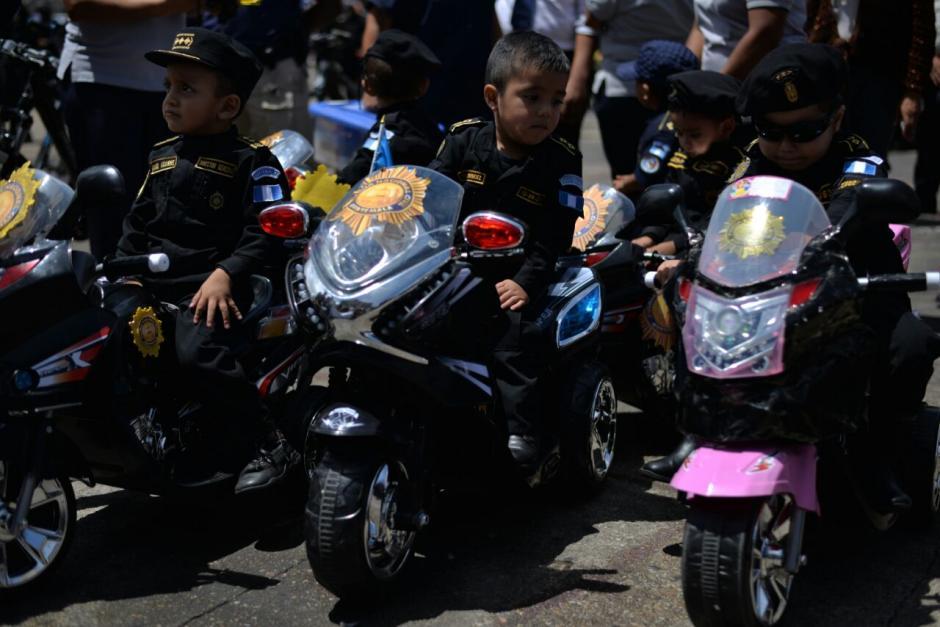 Los pequeños se atrevieron a desfilar sobre motocicletas.  (Foto: Wilder López/Soy502)