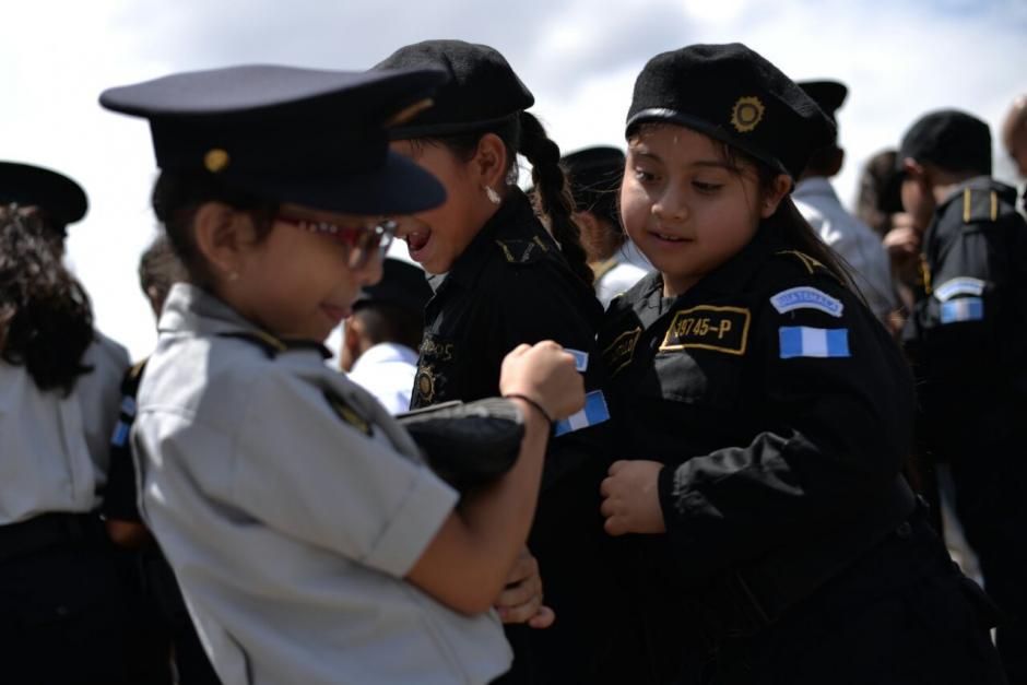 Junto a las unidades marcharon los alumnos de la Escuela de la PNC.  (Foto: Wilder López/Soy502)