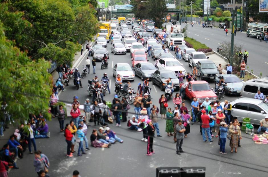 Un grupo de salubristas bloquean el ingreso a la ciudad capita. (Foto: Alejandro Balan/Soy502)