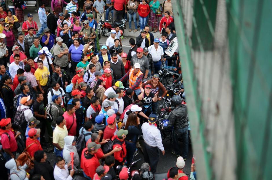 Los manifestantes no dejan pasar ningún tipo de vehículo. (Foto: Alejandro Balan/Soy502)