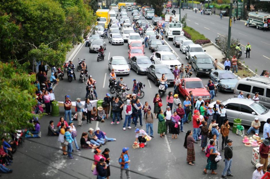 Un grupo de manifestantes mantiene un bloqueo en el kilómetro 16 de la ruta Interamericana sobre la calzada Roosevelt. (Foto: Municipalidad de Mixco)