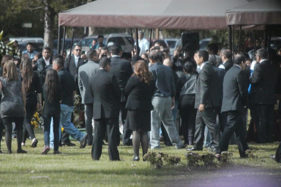 Aproximadamente a las tres de la tarde, salió la carroza fúnebre con destino al lugar final de descanso de Lima, el Cementerio Los Parques. (Foto: Alejandro Balán/Soy502)