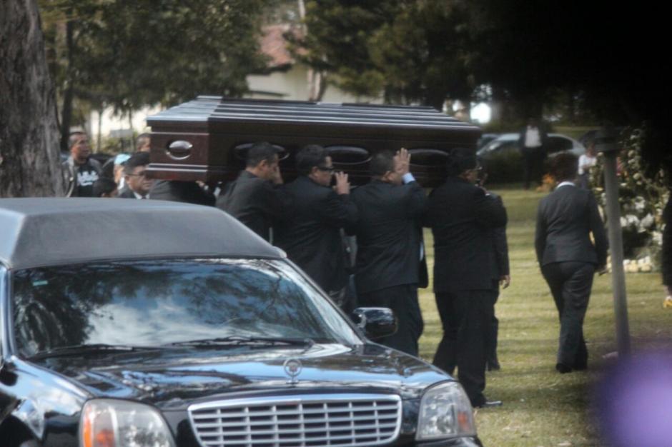 A su llegada, su féretro fue cargado en hombros por familiares y amigos. (Foto: Alejandro Balán/Soy502)