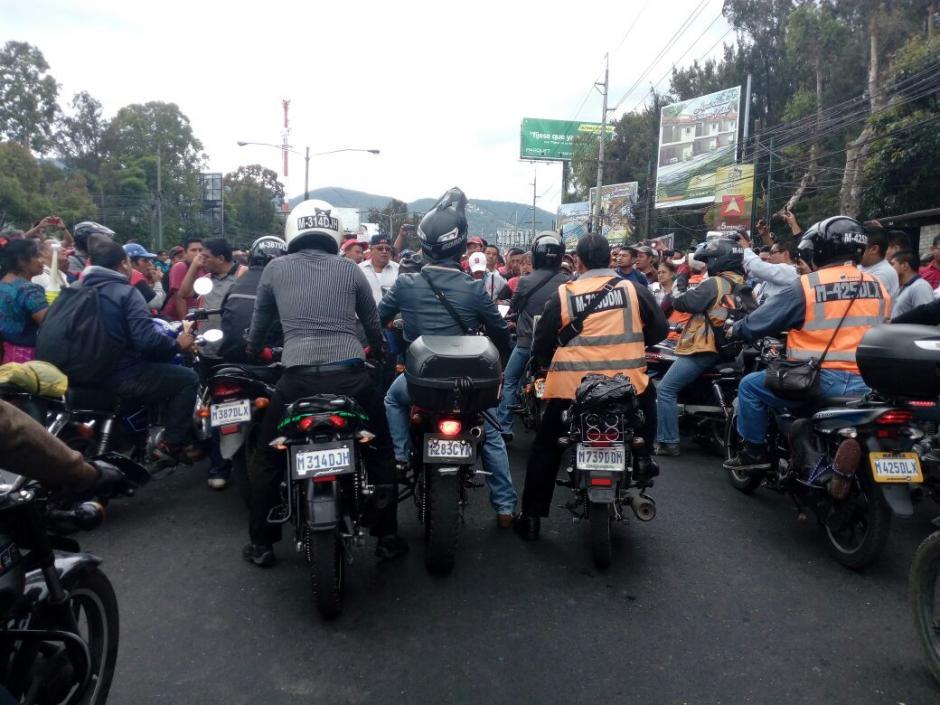 Pese a que lo intentaron, este grupo de motoristas no pudo pasar. (Foto: Alejandro Balan/Soy502)