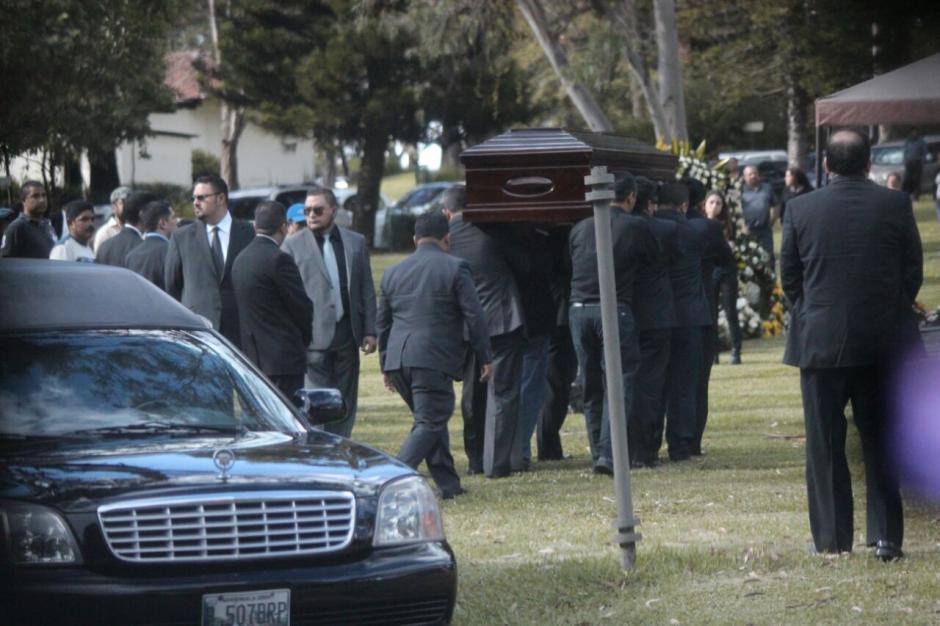 Varias personas se reunieron en una solemne ceremonia para darle el último adiós al capitan Byron Lima. (Foto: Alejandro Balán/Soy502)