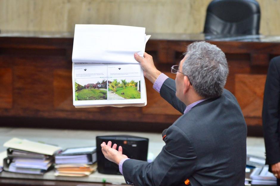 El juez mostró fotografías de propiedades. (Foto: Jesús Alfonso/Soy502)