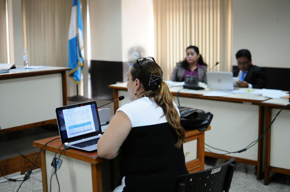 La perito contable Ana Beatriz Samayoa presentó su informe sobre las cuentas bancarias de Reinoso. (Foto: Alejandro Balám /Soy502)