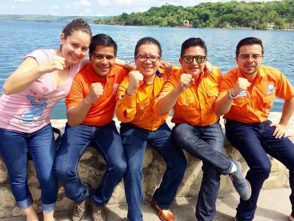 Óscar Lopez (centro) junto a otros integrantes del PP como Alejandra Carrillo, actual diputada. (Foto: Soy502)