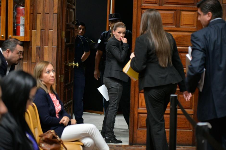 Al concluir su declaración y llorar un poco, decidió salir de la sala. (Foto: Wilder López/Soy502)