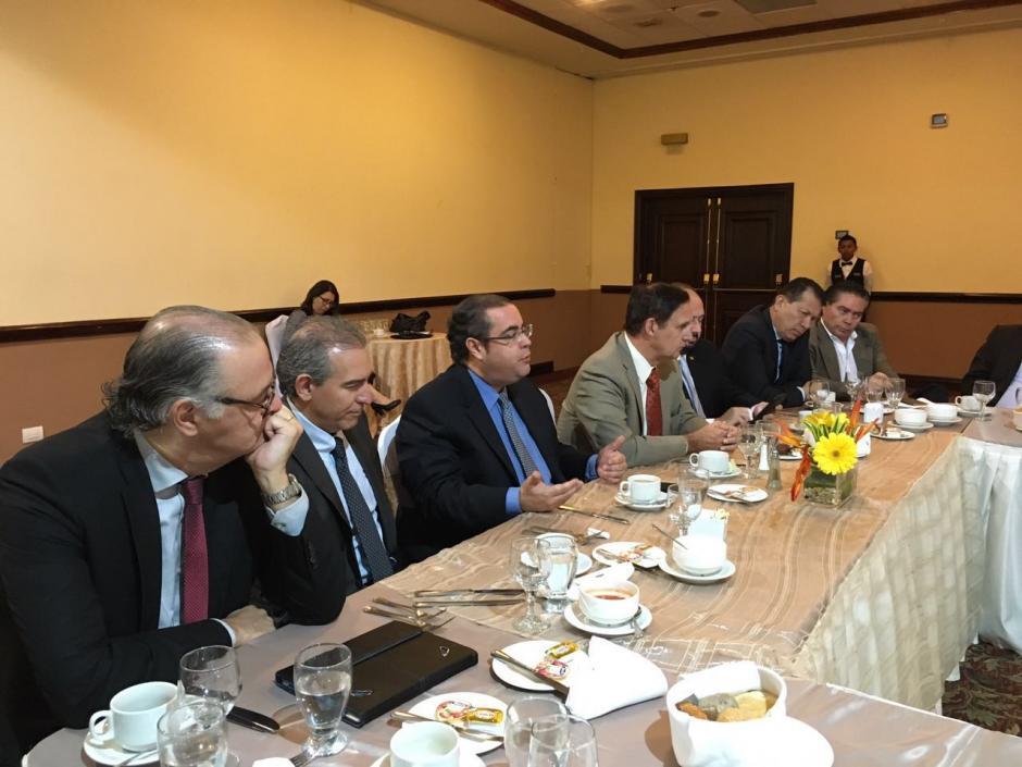 La reunión se da un día después de que Morales anunciara algunas medidas de la propuesta. (Foto: Cacif)