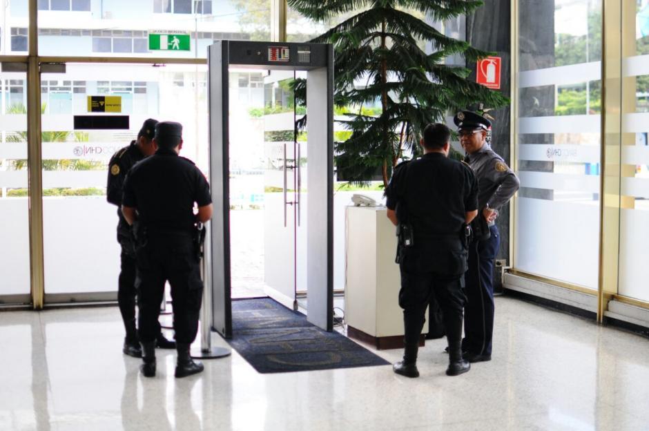En el ingreso del banco, varios agentes de la PNC montan guardia. (Foto: Alejandro Balán/Soy502)