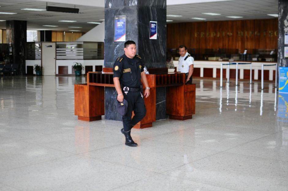 Los agentes de la PNC custodiaron al interventor. (Foto: Alejandro Balán/Soy502)