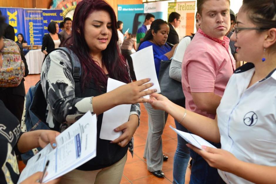 Cientos de jóvenes han llegado a la feria de empleo como celebración en el Día de la Juventud. (Foto: Jesús Alfonso/Soy502)