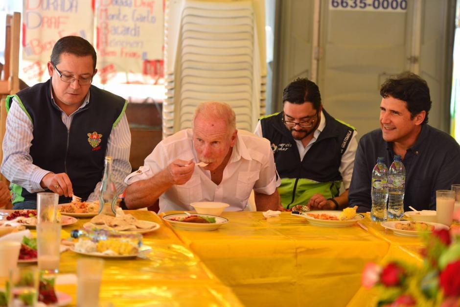 El jefe edil degustó de la comida tradicional en la feria de la ciudad. (Foto: Jesús Alfonso/Soy502)