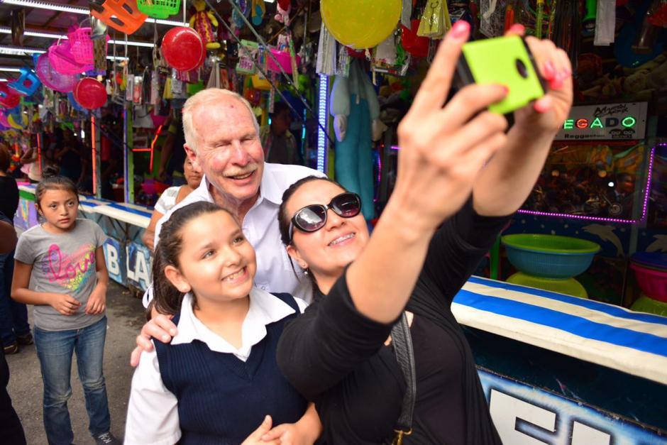 Varios visitantes de la feria aprovecharon para sacarse selfies con Arzú. (Foto: Jesús Alfonso/Soy502)