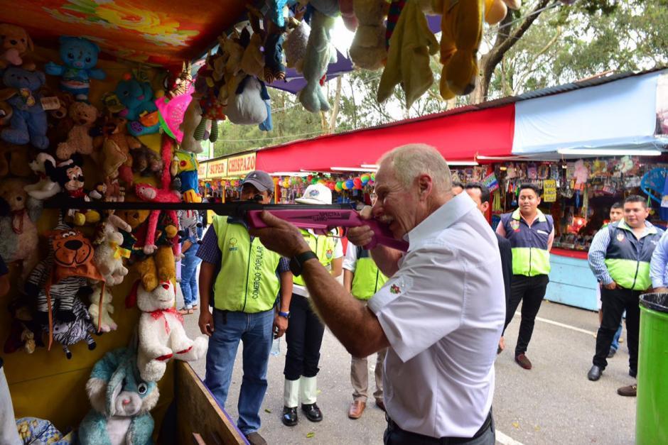 El tiro al blanco parece ser el juego que más le gustó al alcalde. (Foto: Jesús Alfonso/Soy502)