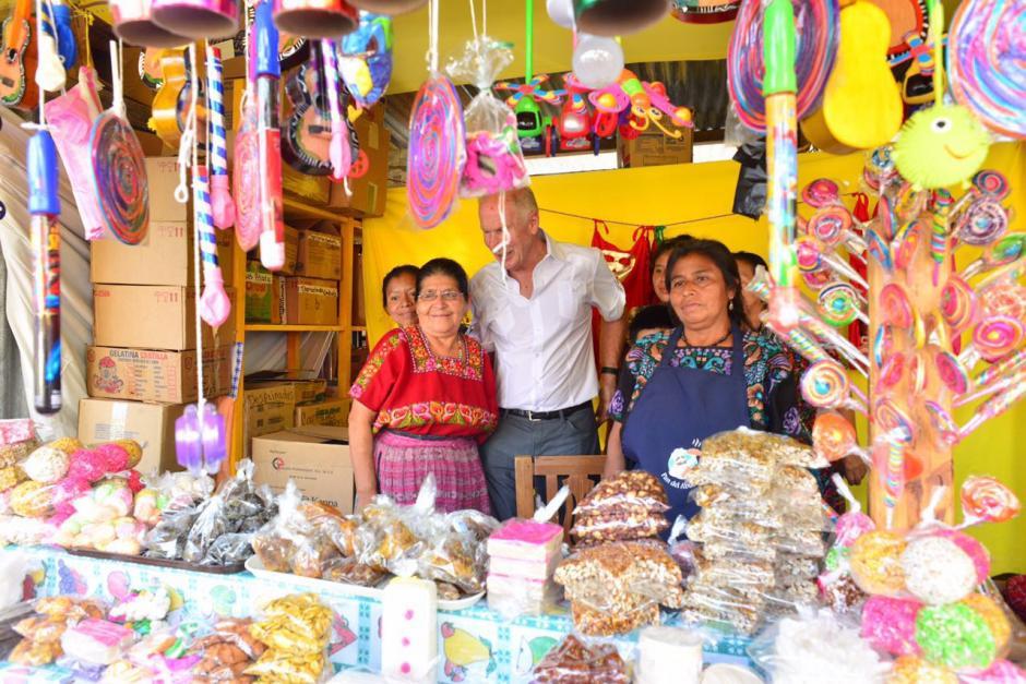 El alcalde se tomó fotografías con dos vendedoras de dulces típicos. (Foto: Jesús Alfonso/Soy502)