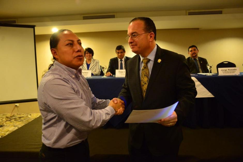 El ministro de agricultura, Mario Méndez Montenegro, entregó reconocimiento a los productores. (Foto: Jesús Alfonso/Soy502)