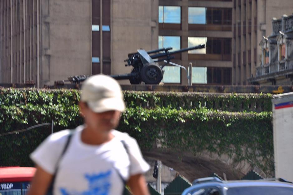 Peatones y automovilistas notaron el cañón en el puente. (Foto: Jesús Alfonso/Soy502)