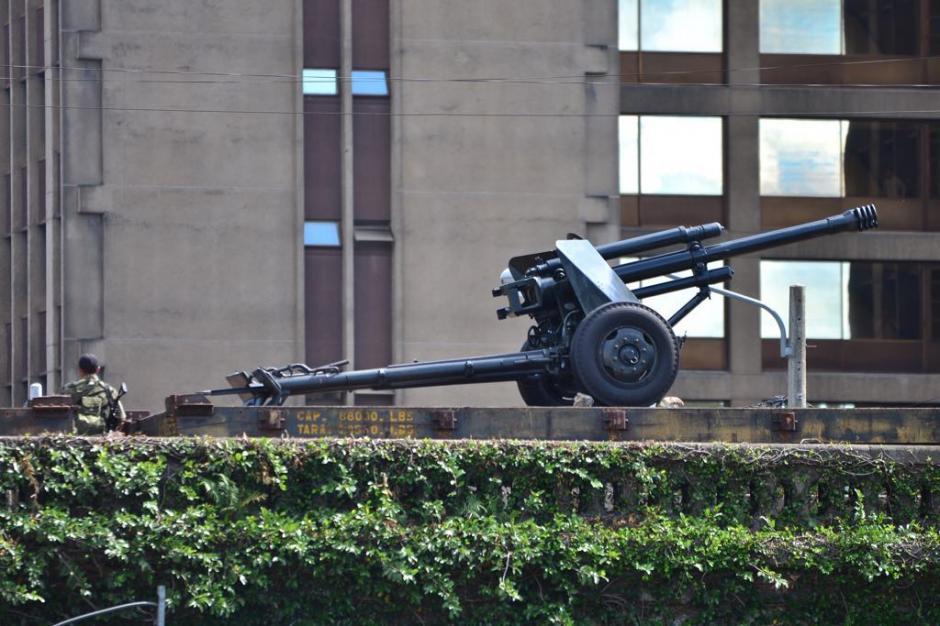 Elementos del Ejército y la Municipalidad colocaron el cañón. (Foto: Jesús Alfonso/Soy502)