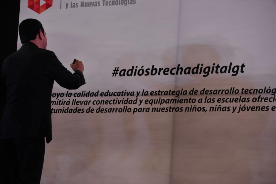 Morales firmó en una tableta gigante. (Foto: Wilder López/Soy502)