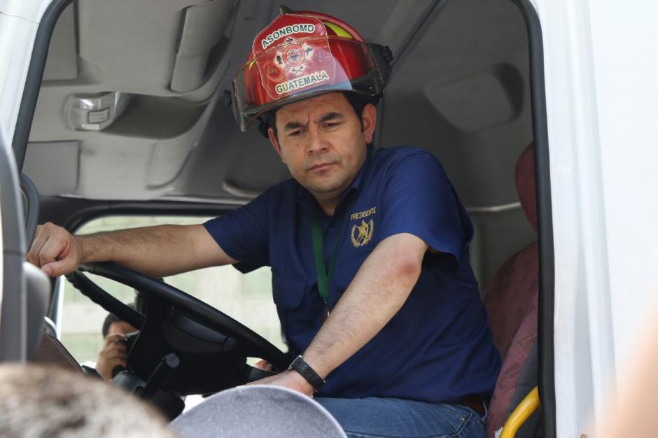 El Presidente Morales cumplió su sueño de ser bombero, aunque fuera solo por un momento. (Foto: Alejandro Balán/Soy502)