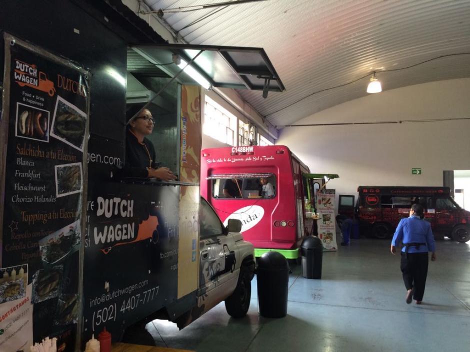 Además cuenta con food trucks para poder comer. (Foto: Roberto Caubilla/Soy502)
