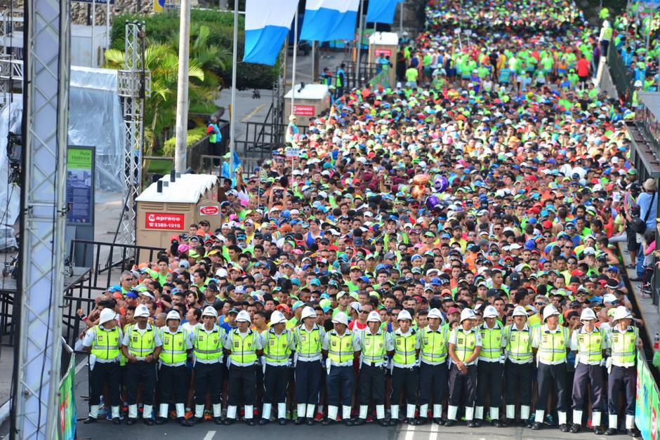 Agentes de la Policía Municipal cuidaban la salida. (Foto: Jesús Alfonso/Soy502)
