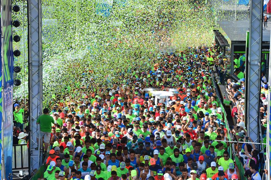 Miles de personas llegaron para correr la 21K. (Foto: Jesús Alfonso/Soy502)