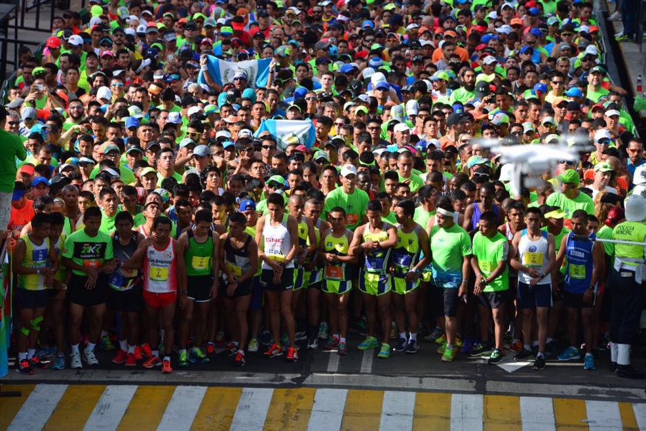 En primera fila, los corredores élite. (Foto: Jesús Alfonso/Soy502)