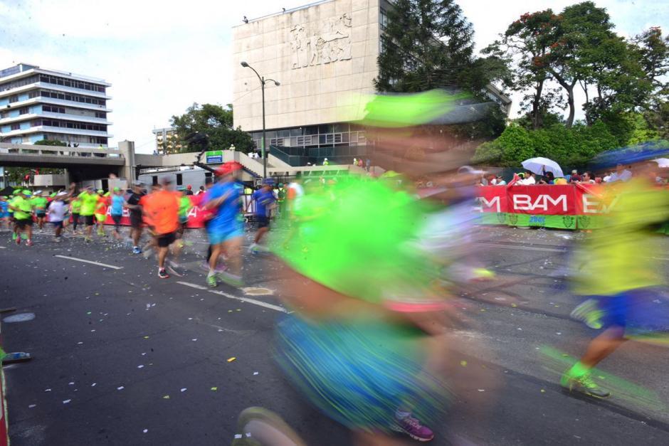 Tras dar la vuelta por el Centro Histórico, los atletas buscaron la Avenida Las Américas. (Foto: Jesús Alfonso/Soy502)