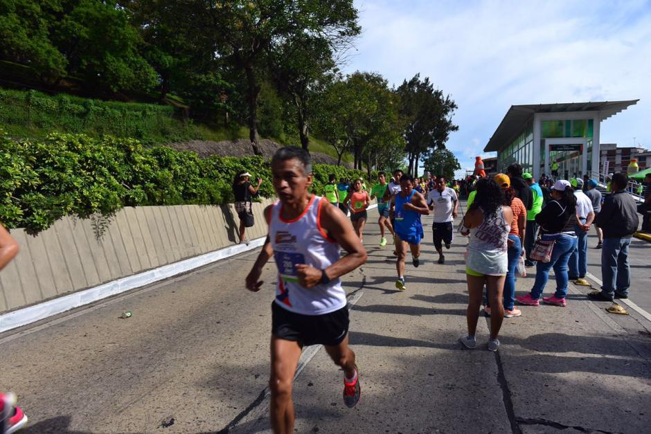 La gente apoyaba a sus atletas. (Foto: Jesús Alfonso/Soy502)