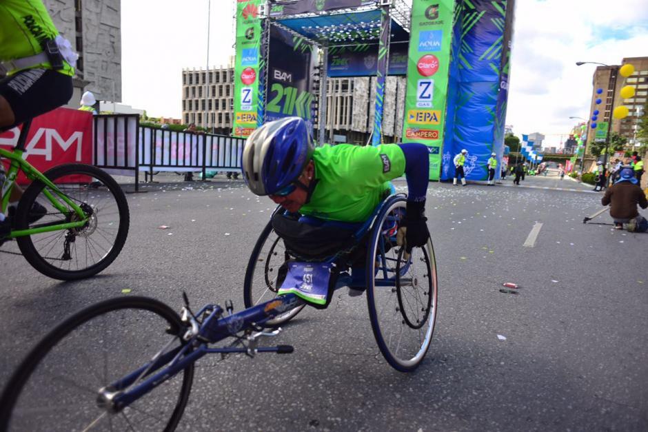 Un atleta utiliza un aparato especial para carreras largas. (Foto: Jesús Alfonso/Soy502)