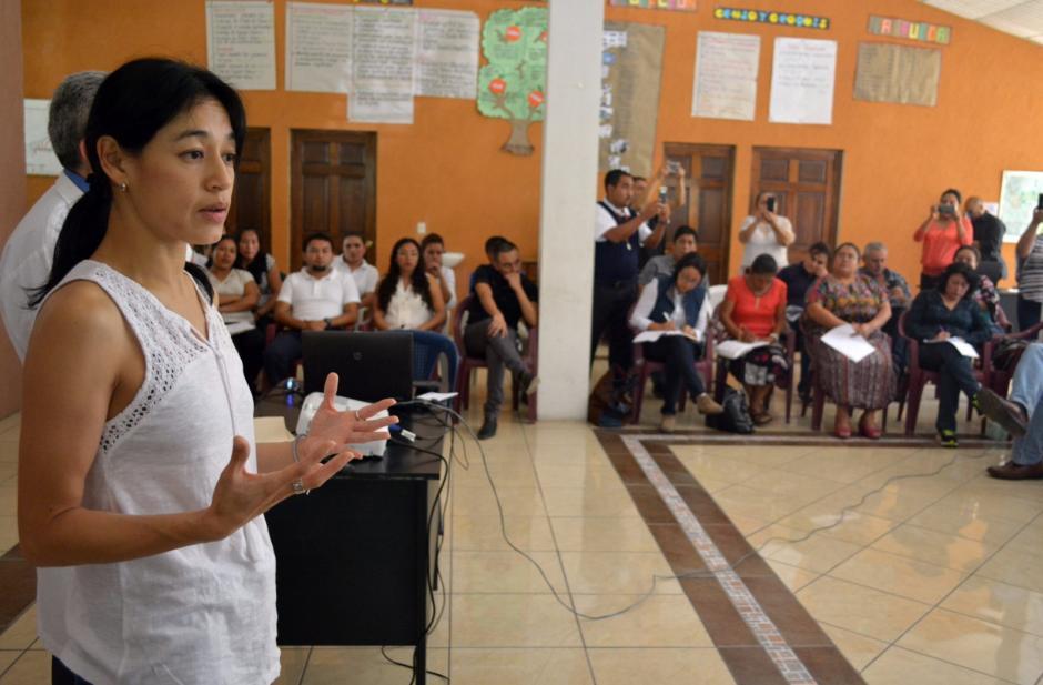 La ministra de Salud se dirige a la comunidad. (Foto: MSPAS)