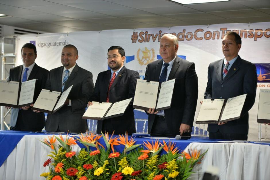 Este martes se firmó el convenio interinstitucional que delimita las funciones de cada institución en el funcionamiento del aeropuerto. (Foto: Archivo/Soy502)