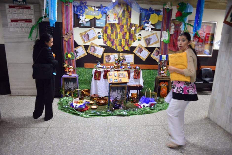 Varias oficinas y corredores de la Torre de Tribunales permanecen decorados con altares cívicos. (Foto: Jesús Alfonso/Soy502)