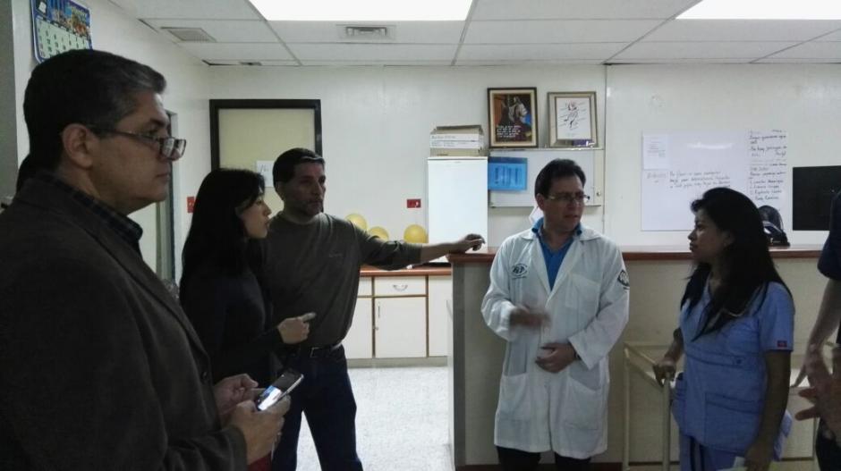 La Ministra de Salud, el exvicepresidente Rafael Espada, el decano de Medicina de la Universidad Mariano Gálvez y el Secretario de la Usac visitaron el hospital San Juan de Dios. (Foto: Mspas)