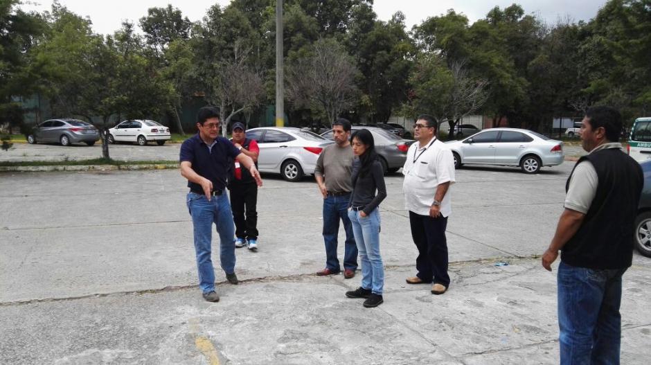 Durante su visita, discutieron con el personal el tema de la seguridad interna y perimetral del centro asistencial. (Foto: Mspas)