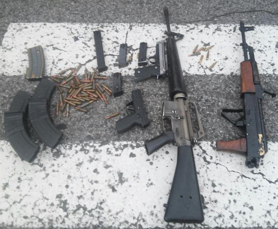 Este arsenal fue decomisado a los dos menores capturados. (Foto: PNC)