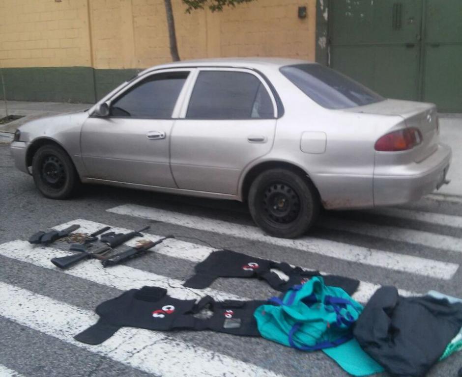 Los menores de 16 y 17 años fueron detenidos con varias armas de grueso calibre. (Foto: PNC)