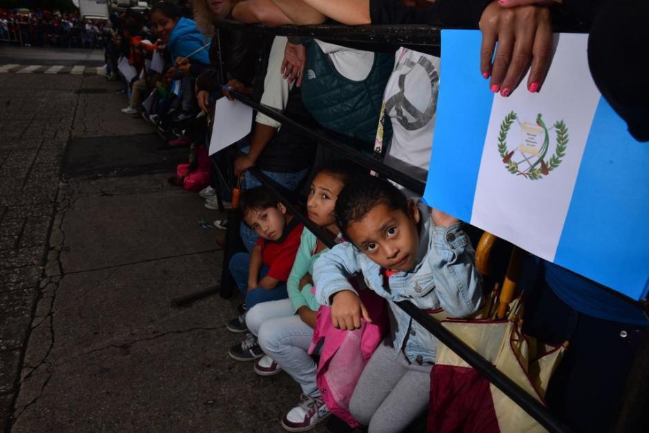 Desde primera hora de la mañana el público estuvo esperando en la Plaza. (Foto: Jesús Alfonso/Soy502)