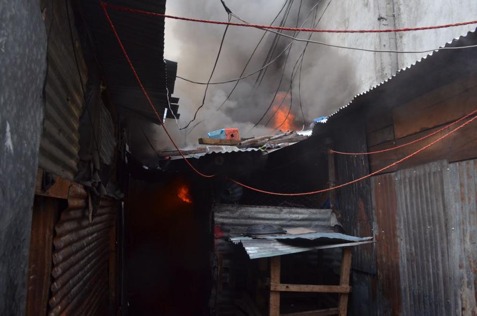 Las llamas se expandieron con rapidez por la madera y otros materiales ligeros. (Foto: Bomberos Voluntarios)