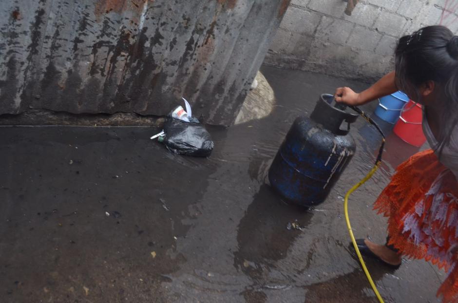 Varios tambos de gas fueron sacados de los locales ante el temor de nuevas explosiones. (Foto: Bomberos Voluntarios)