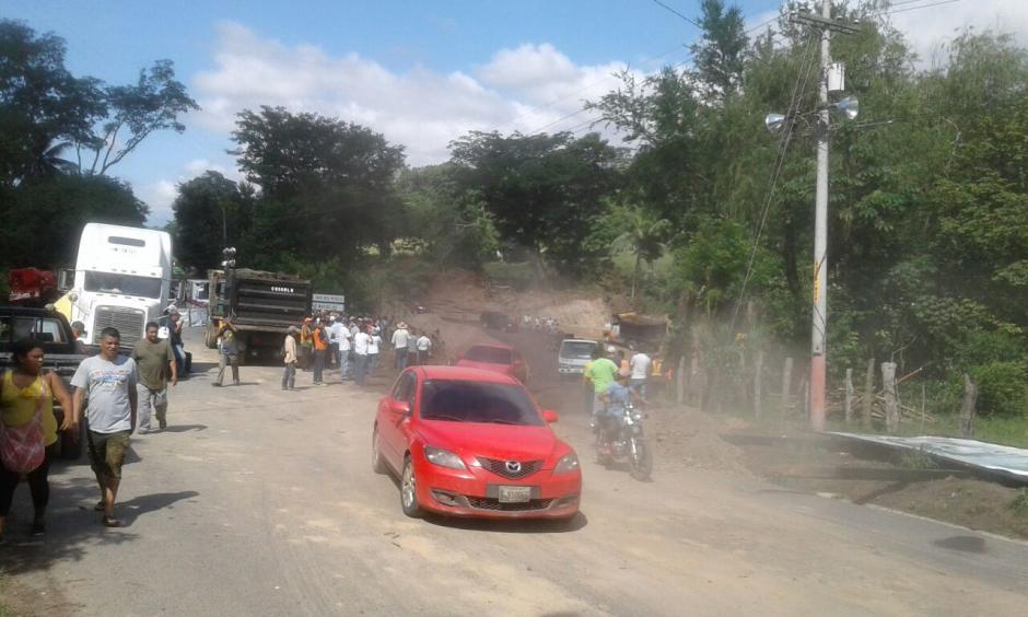 Autoridades habilitaron el paso por un badén en cercanías del puente Santa Rosa, Mayuelas, Zacapa. (Foto: Conred)